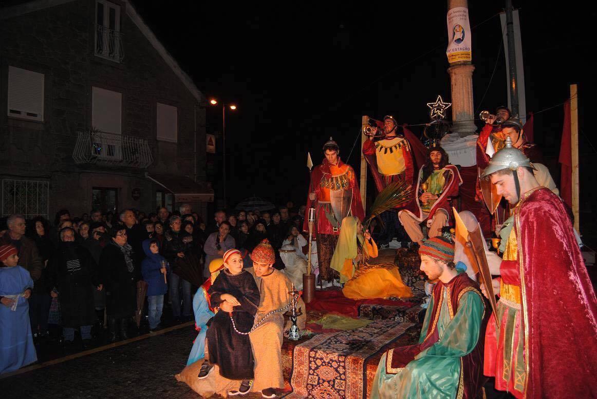 Auto de Natal representado por populares ao longo de 3.000 metros da vila de Alvarães